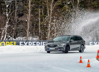 Winter-Ballett: Insignia Country Tourer on Ice